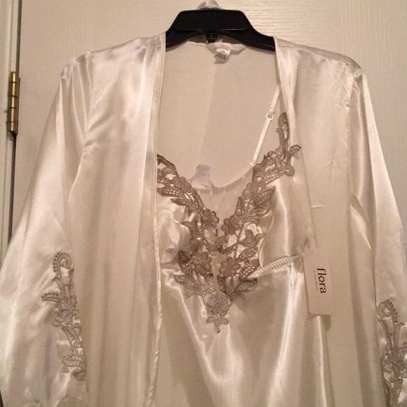 Bride sleepwear/rob set.